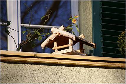 vogelhaus auf balkon. Black Bedroom Furniture Sets. Home Design Ideas